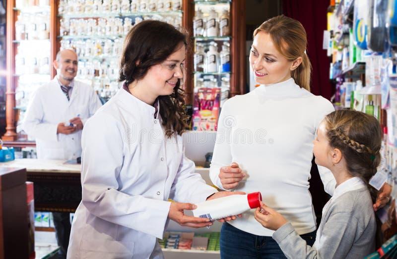 女性药剂师在工作 免版税库存照片
