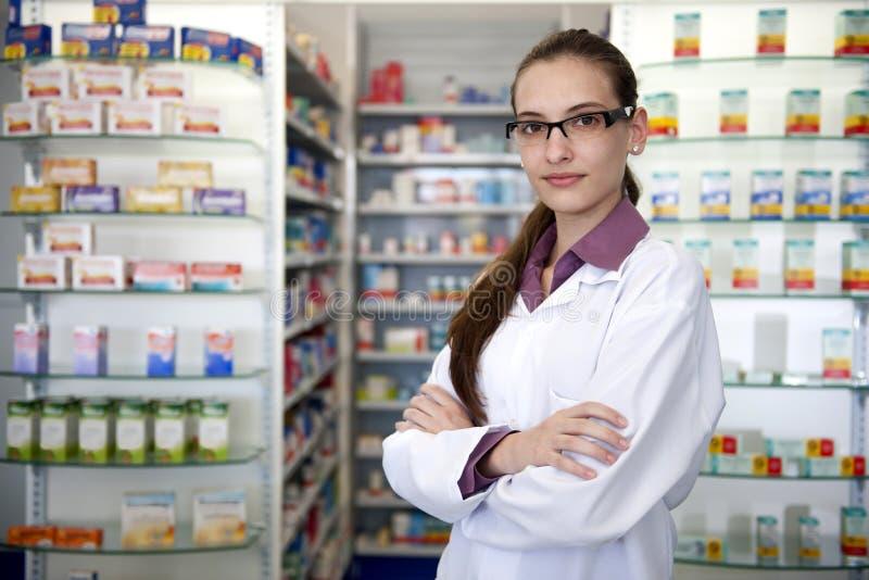 女性药剂师药房纵向 免版税图库摄影
