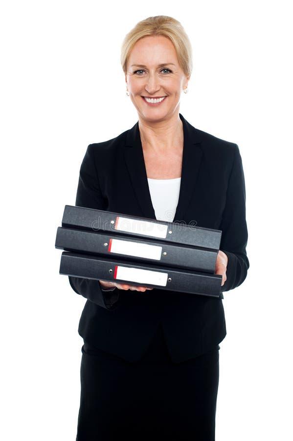 女性行政运载的企业文件 免版税库存照片