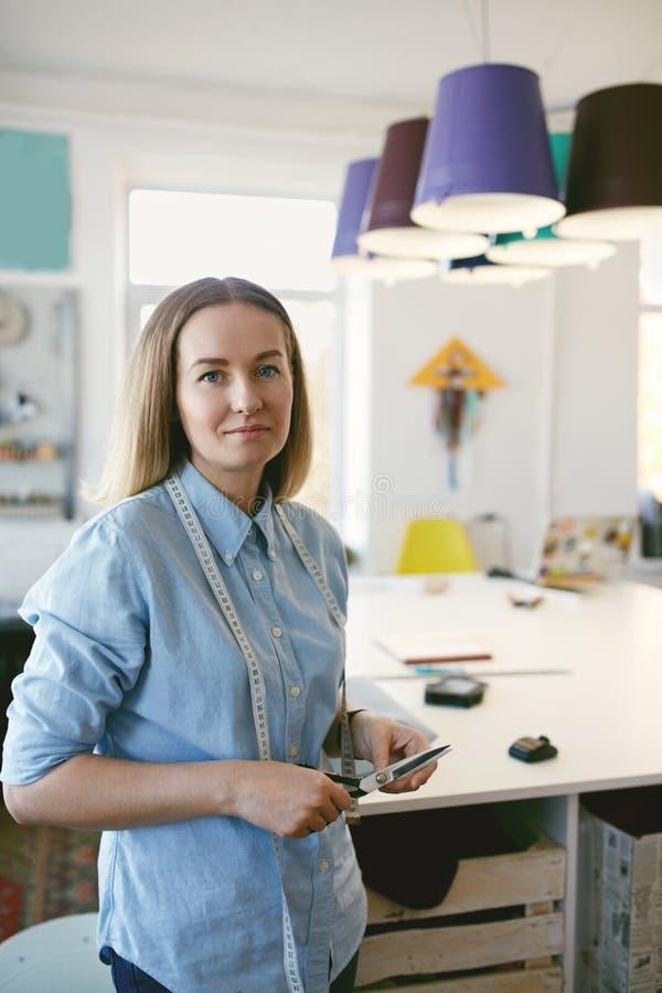 女性衣物设计师画象工作场所的 免版税库存图片