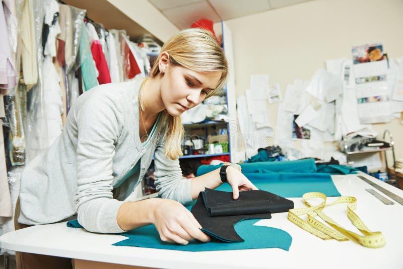 女性裁缝在工作 库存图片