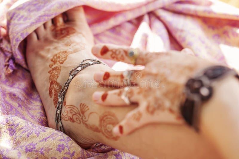 女性装饰的手和腿 免版税图库摄影