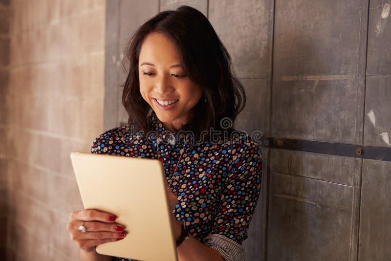 女性设计师在运作在数字式片剂的现代办公室 库存照片
