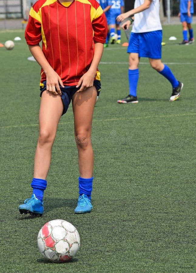 年轻女性足球运动员 免版税库存照片