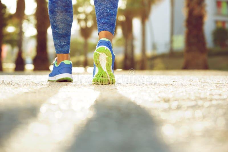 女性跑鞋从后面 免版税库存图片