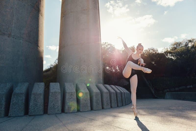 女性跳芭蕾舞者实践的舞蹈移动 库存照片