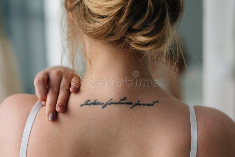 女性身体的柔和的形式,不是肩膀装饰了纹身花刺 库存照片