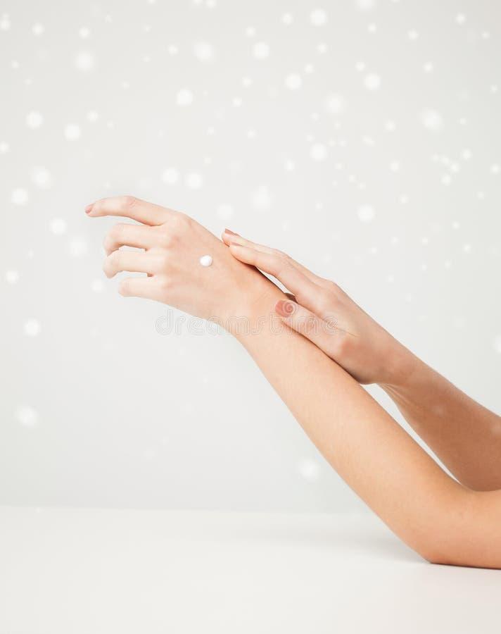 女性软的皮肤手 免版税库存图片