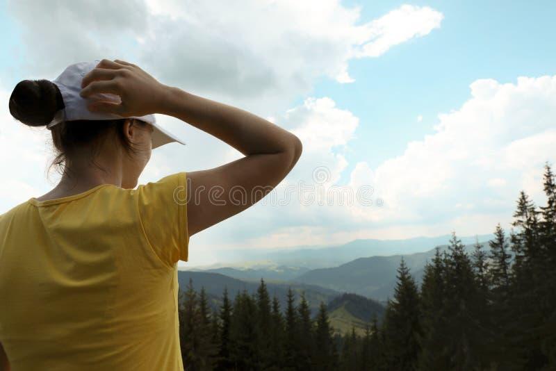 女性远足者观察山风景 免版税库存照片