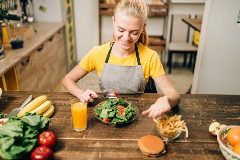 女性选择健康生物食物 库存图片