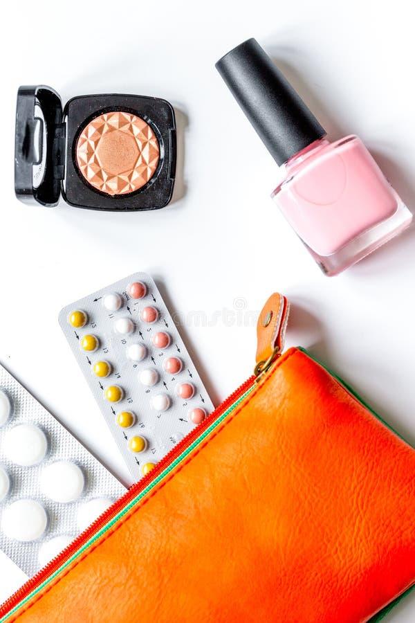 女性避孕和医疗保健的概念在白色backgrou 免版税库存图片