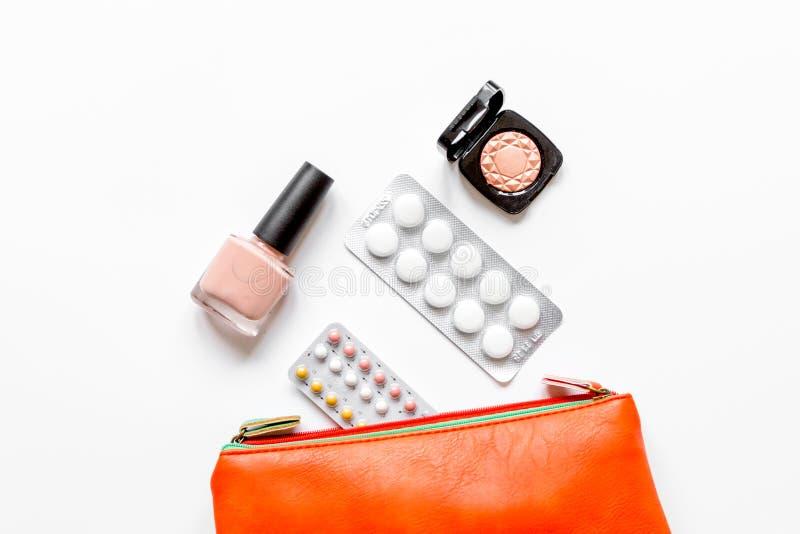 女性避孕和医疗保健的概念在白色backgrou 免版税库存照片