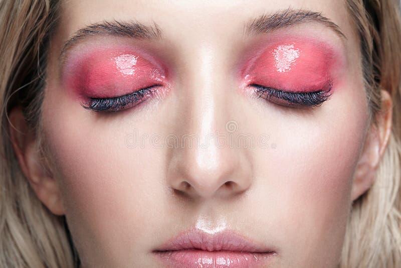 女性面孔和桃红色发烟性眼睛构成特写镜头宏观射击  免版税库存图片