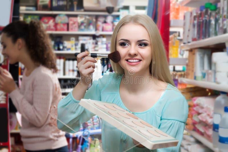 女性顾客买的皮肤粉末 库存照片