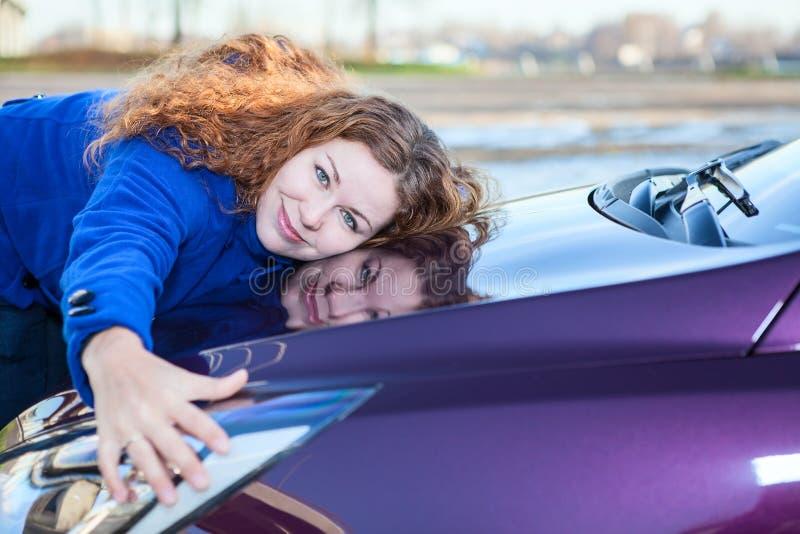 女性驱动器拥抱汽车敞篷 库存图片