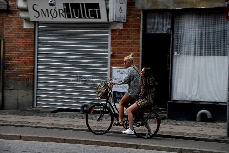 女性骑自行车的人在哥本哈根丹麦 免版税库存图片