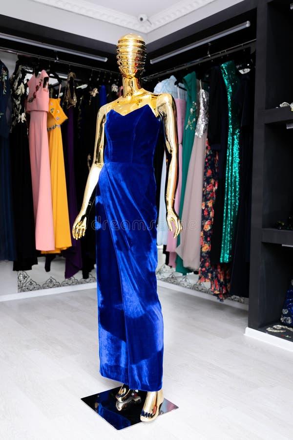 女性,长,蓝色,在一个金黄时装模特的绒面革礼服 免版税库存图片