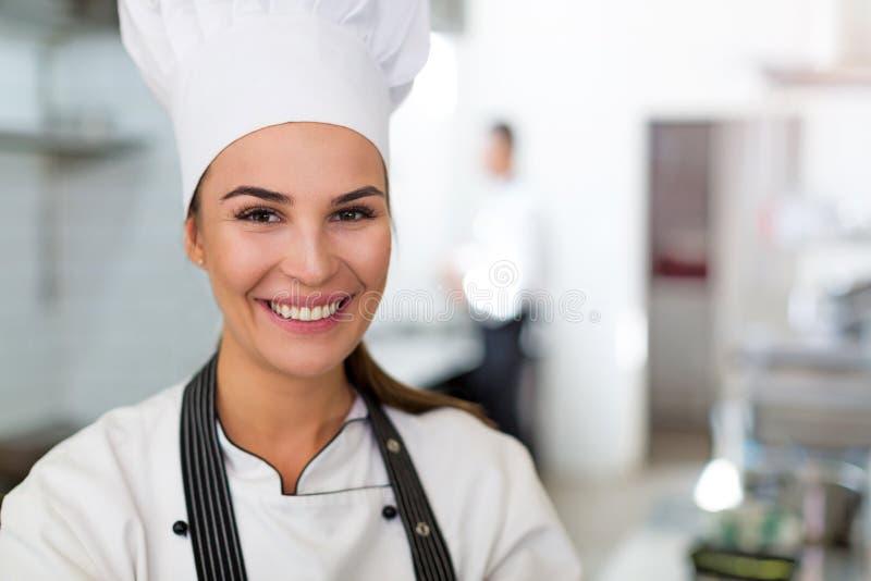 女性主厨在厨房里 免版税图库摄影