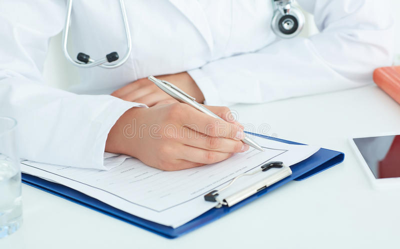 女性医学篡改填装耐心医疗形式的手 图库摄影