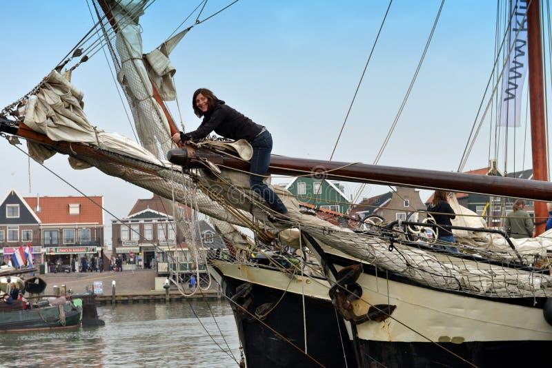 女性水手使她的小船准备好航行,福伦丹,荷兰 库存照片