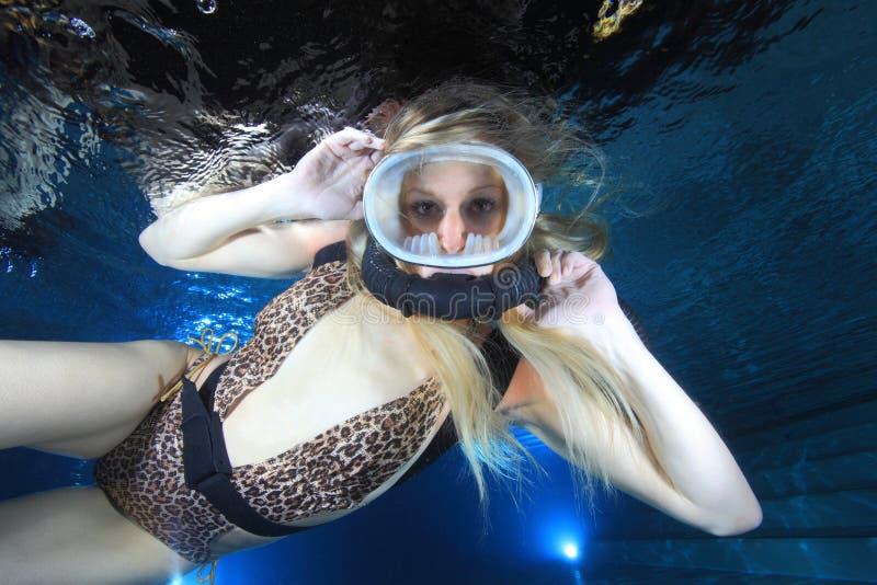 女性轻潜水员 免版税库存图片
