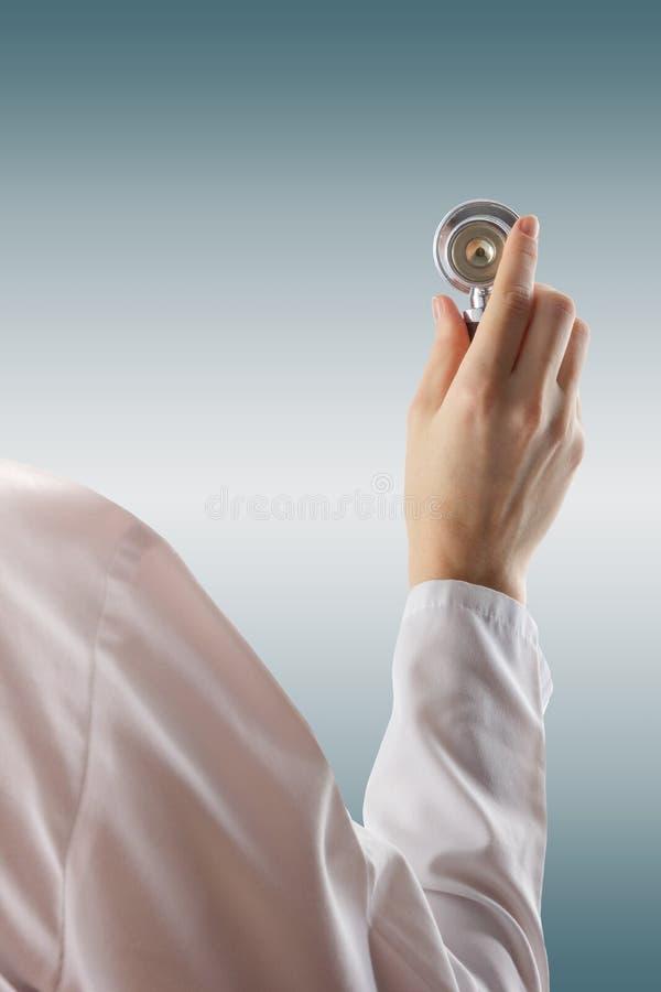 女性医生和stethoscopeon蓝色被弄脏的背景 医疗保健和医学的概念 复制空间 免版税图库摄影