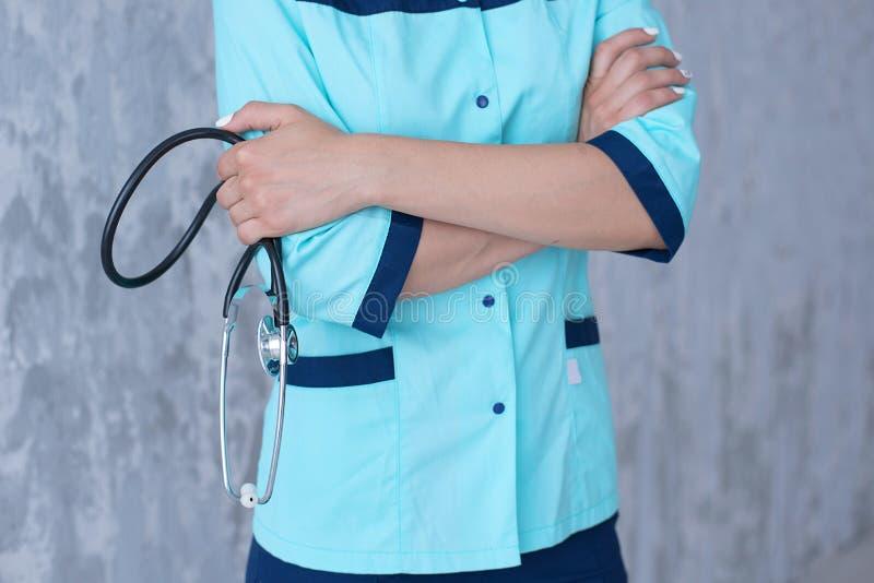 女性医生在他的手上的拿着一个听诊器 图库摄影