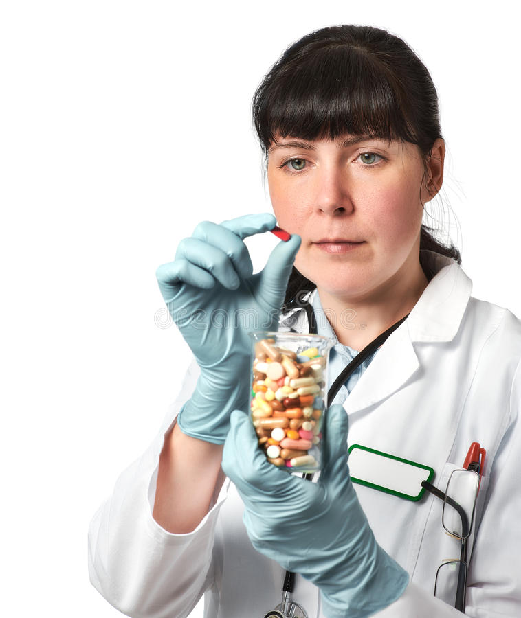 女性医生或护士有玻璃的充分药片在手套的手上 免版税库存照片