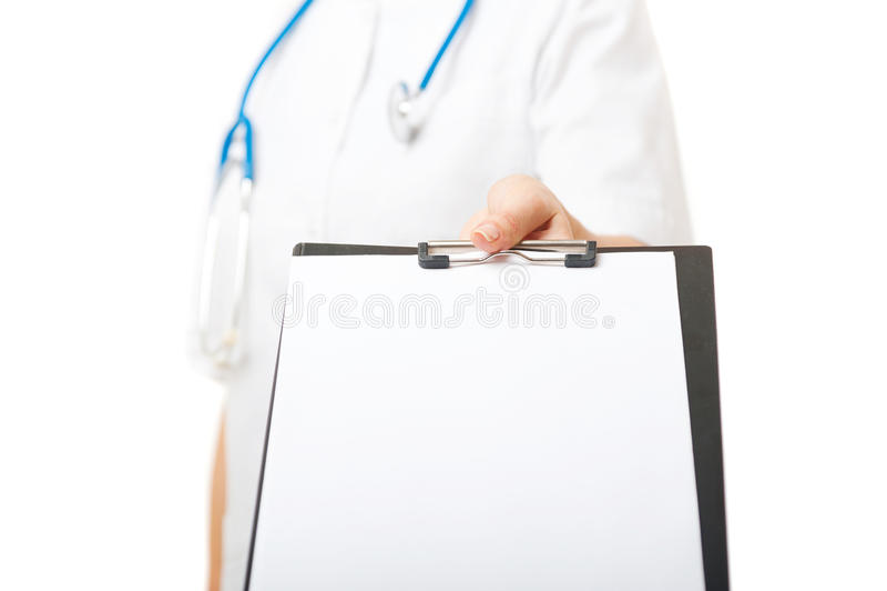 女性医生拿着有白色纸片的剪贴板 库存图片