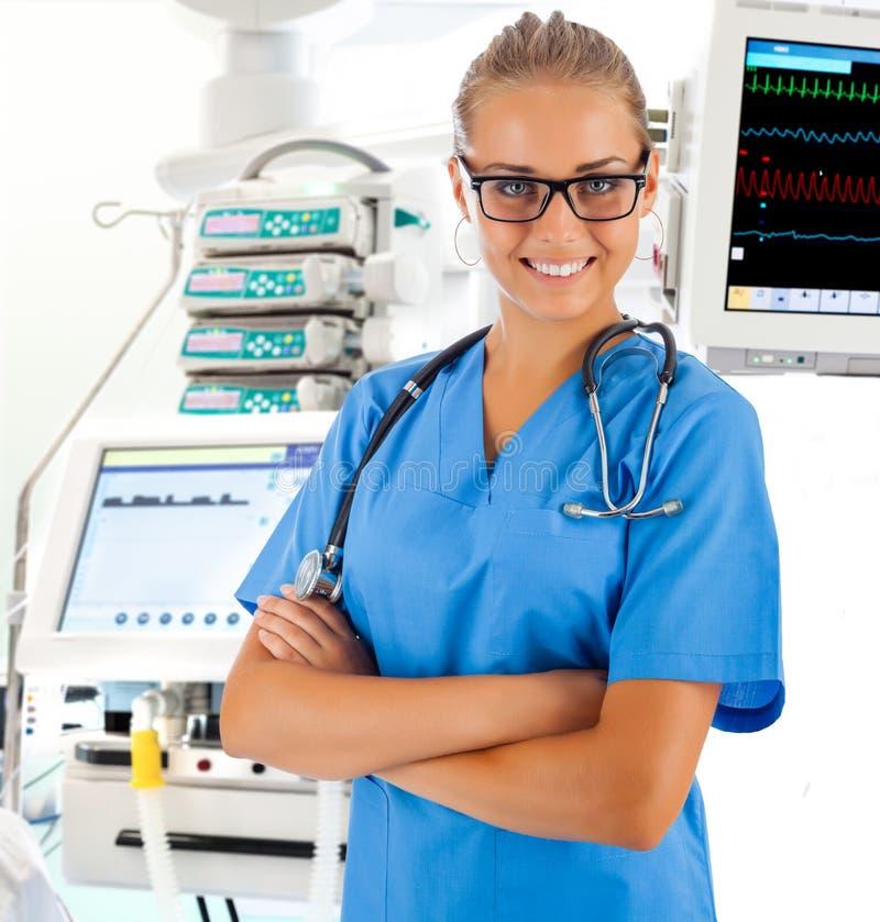 女性医生用在背景的医疗设备 免版税库存图片