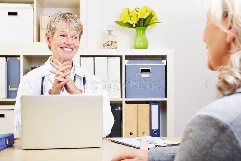 女性医生谈话与前辈 免版税库存图片