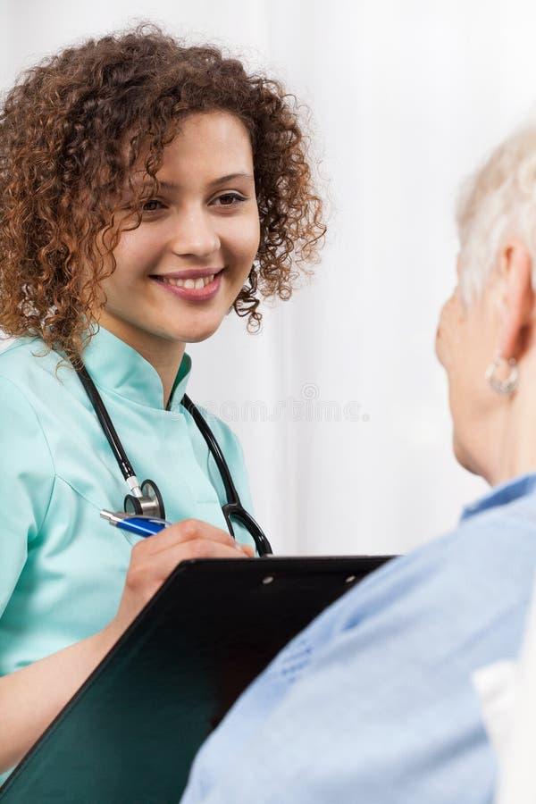 女性医生谈话与年长妇女 免版税图库摄影