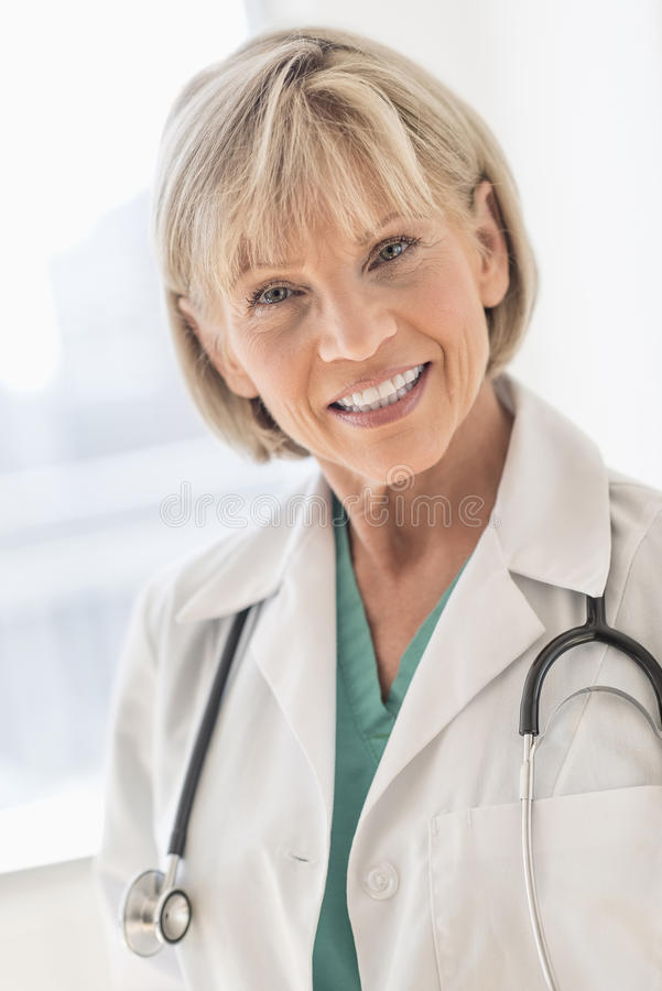 女性医生With Stethoscope Around Neck在医院 免版税图库摄影