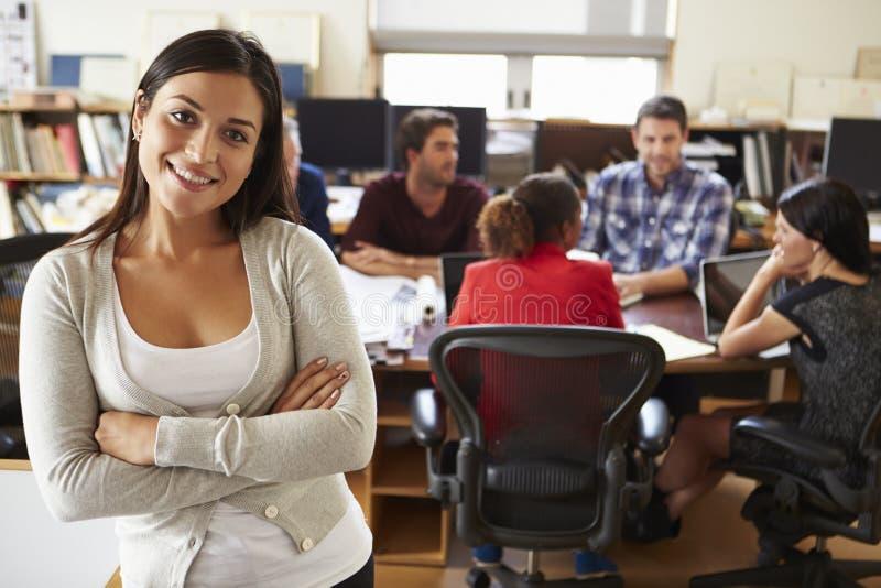 女性建筑师画象有会议的在背景中 免版税库存照片