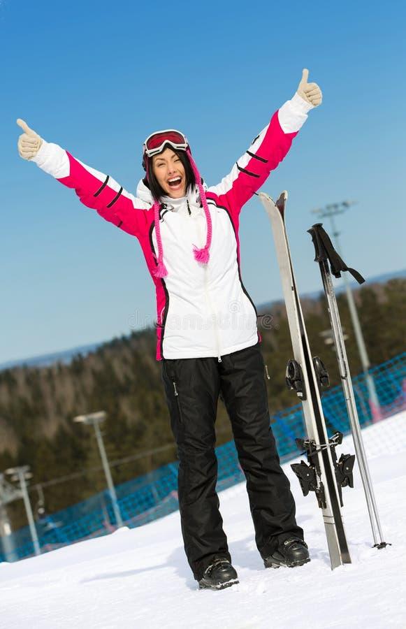 女性滑雪者全长画象用手 免版税图库摄影