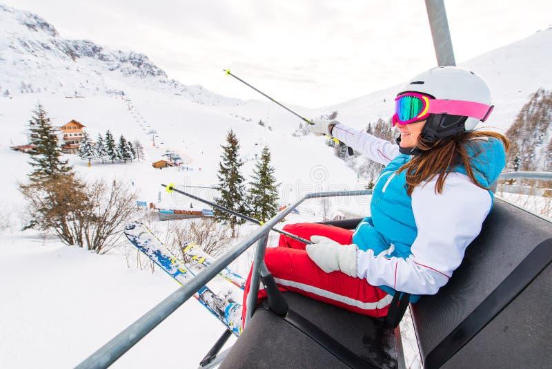 女性滑雪者升降椅在滑雪区域 免版税库存照片