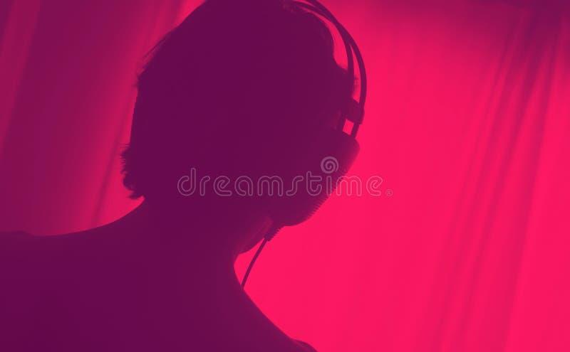 女性DJ节目播音员妇女耳机 免版税库存照片