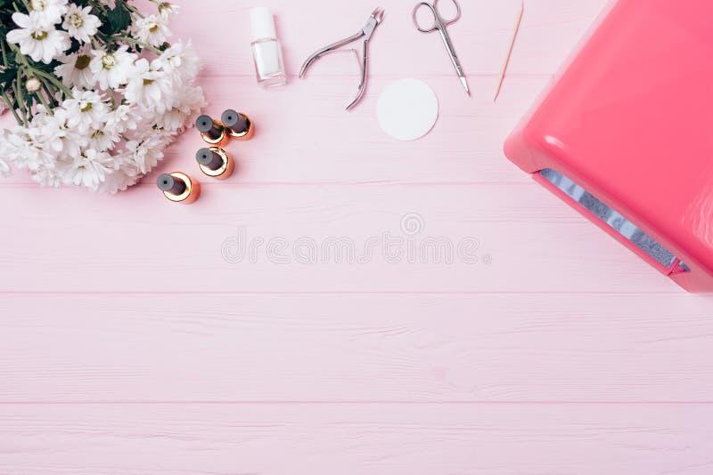 女性flatlay设备持久修指甲 免版税库存图片