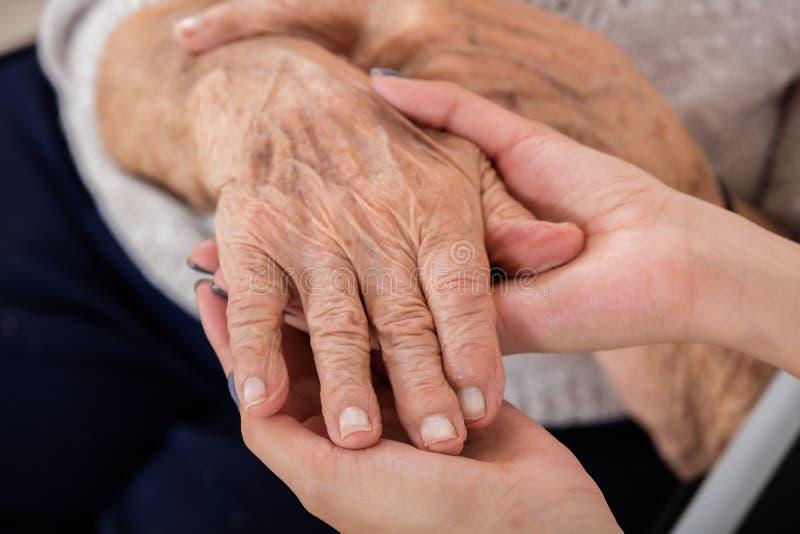 女性Holding Hand Of Senior医生患者 库存图片