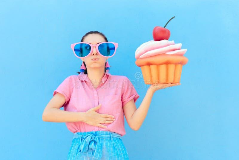 女招待遭受的肚子疼在吃许多个蛋糕以后 库存照片