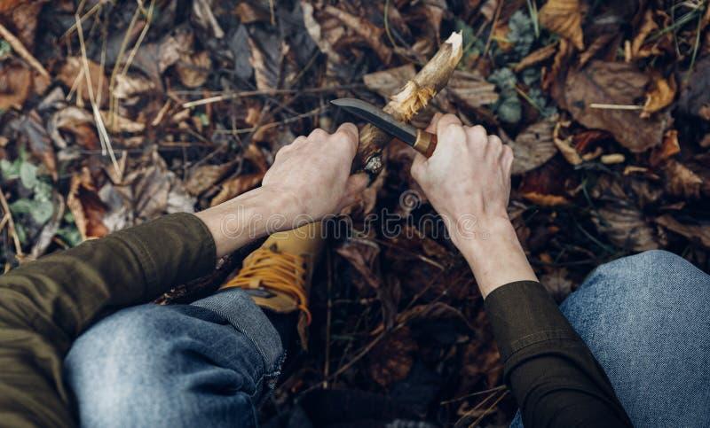 女旅行刀切木棍 丛林生存与侦察观 免版税图库摄影