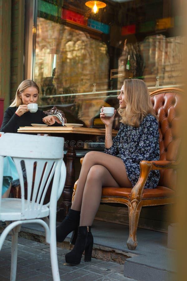 女朋友喝咖啡户外 库存照片