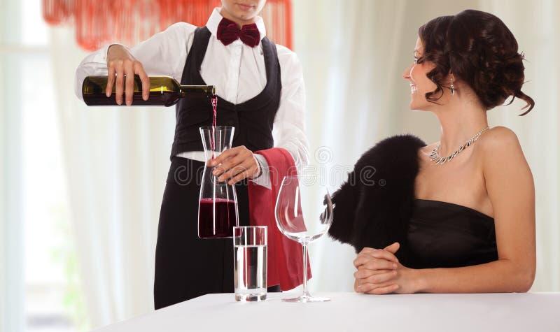 女服务员一致的餐馆客人 库存照片