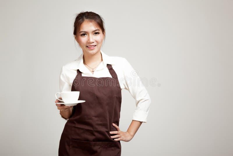 女服务员或barista在拿着咖啡的围裙 库存图片