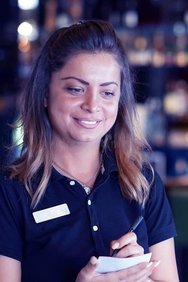 女服务员接受顾客的命令 免版税图库摄影