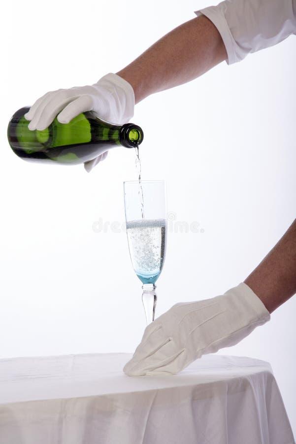 女服务员服务酒 免版税库存图片