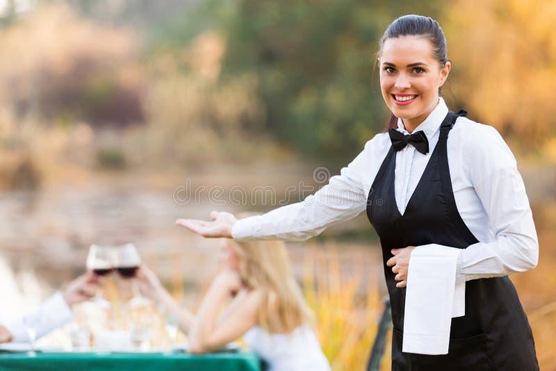 女服务员欢迎顾客 免版税库存照片