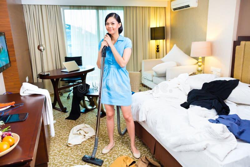 女服务生清洁在亚洲旅馆里 免版税库存图片