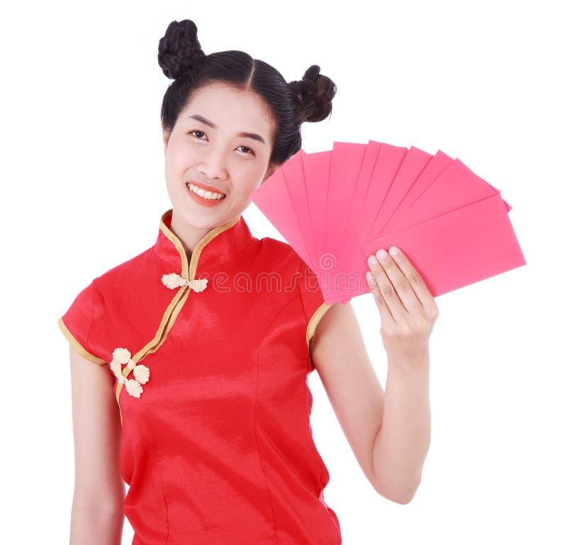 女服cheongsam和拿着在happ的概念的红色信封 免版税图库摄影