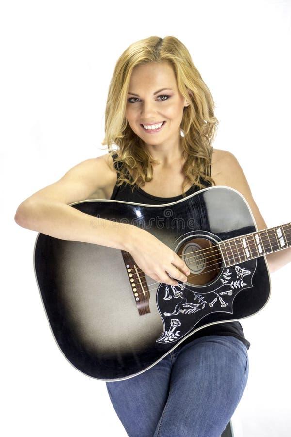 女歌手有声学吉他的歌曲作者音乐家 免版税图库摄影